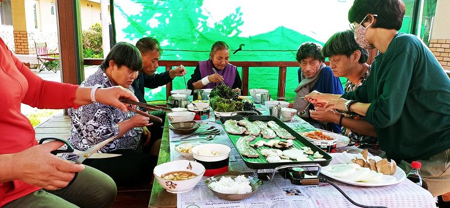 바베큐파티를 즐기는 장애가족들